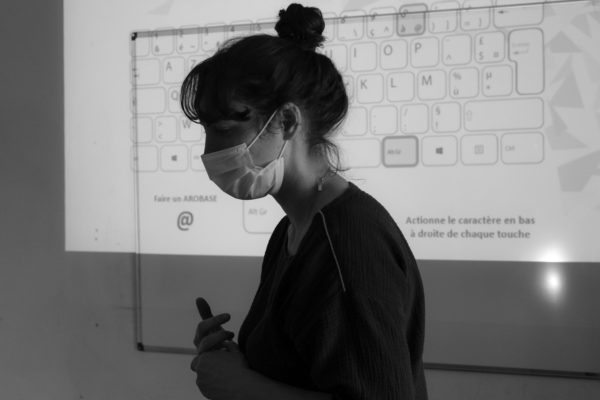Médiatrice sociale animant un atelier numérique